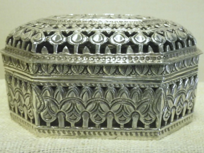Traditionally Crafted Sterling Silver Box - Click Image to Close